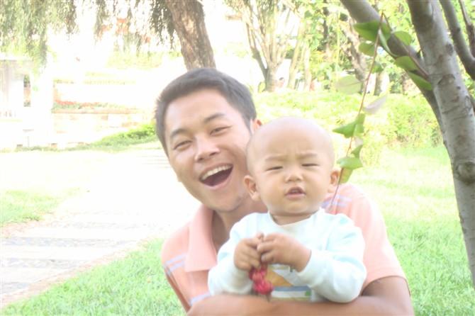 怀抱两个可爱小孩