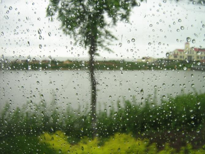 {下雨的伤感诗歌}.
