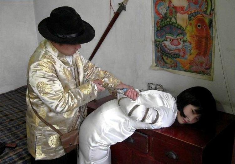 李玉萍被绑在凳上压杠子拷打