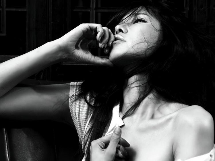 黑色透明纱衣美女