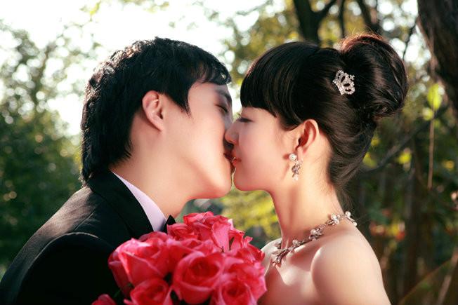 男女浪漫拥抱接吻图