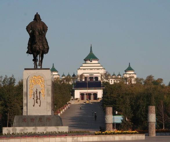乌兰浩特是我的第二故乡。    离开家乡已经三十年了,可是对家乡却有着无法比拟的眷恋。家乡的山美,家乡的水美,家乡的城市美,家乡的村巷美,家乡父老乡亲的心更美!    乌兰浩特,蒙古语意思是红色的城市,位于大兴安岭南麓,内蒙古自治区东部,是兴安盟的首府,科尔沁草原腹地。总面积865.