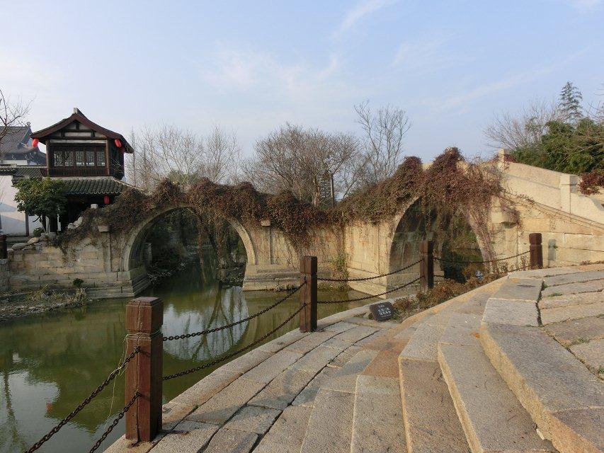 折身上桥,视野顿时开朗.河道弯弯曲曲,时有青石板的台阶探入水中.
