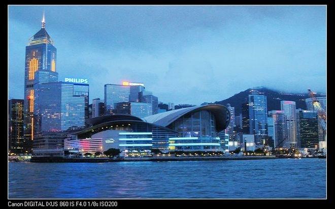 香港,是梦,虚无缥缈扑朔迷离的梦。这些年由了香港在身边红红绿绿,由了一大堆花花纸样的港币在抽屉里姹紫嫣红,不去走近。去,不去,香港,都在哪里。二人说,你该去;友人也说,你该去。为什么我该去?因为你会喜欢哪里。似乎他们比我还了解我自己,他们不知道我只喜欢简单质朴天然而成的山山水水。          七月,装上港澳特别通行证在小雨中和眠、云三人到达湿漉漉的香港。          雨后的太平山,湿润、秀美,深黛色的山静谧安详,很少有游人欣赏一草一木的美,人们的视线停留在薄雾缭绕的一幢幢依山而建的高楼大厦间