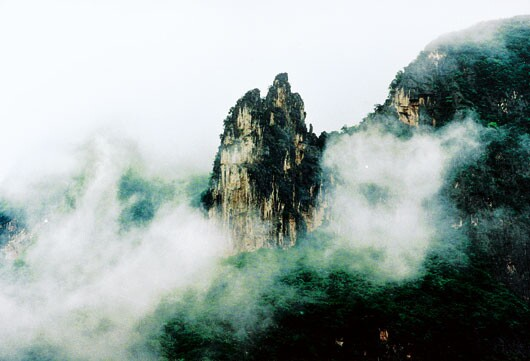 剧情梗概:今年五.一,我随青年旅行社参与了长江五日游。在巫山县城小住了几日,游揽了神往已久的巫山小三峡,有幸见识了骚客之绝唱的除却巫山不是云,令天之娇子也为之魂牵梦萦的朝云暮雨,亲睹了巫山云雾营造出的种种神话般的绝妙胜景。       序幕:大宁河口    在《神女峰的云雾》的背景音乐声中,镜头由远而近地陆续出现长江两岸高入云霄,连绵起伏,云雾缭绕的山峰;川流不息,波澜壮阔的江面;百舸争流,以及汽笛声此起彼伏的码头。    镜头拉近    一艘乳白色具有四层船舱,喷着毛体昆仑二字的