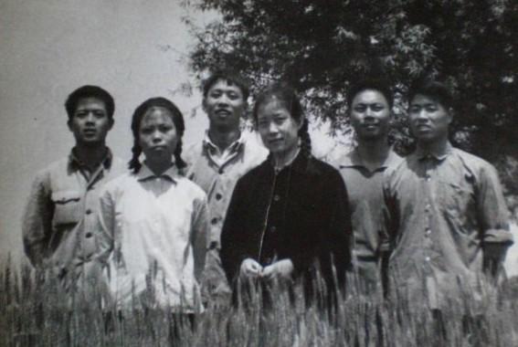临近五一的北京,春风和煦,杨柳依依, 全国老知青才艺展暨老知青第三届文艺汇演就在这春意浓浓的日子里举行了。虽然此次才艺展只有从4月23日开幕至4月二十七日闭幕的短短五天时间,但是,它以知青一代矢志不渝、笑对人生的精神风貌,向社会形象地展示了知青一代与祖国、与时代共克时艰,休戚与共的的理想与追求,受到了社会各界和老知青的极大关注和赞扬。正如此次活动的倡导者、主要发起者,老知青网千秋缘站长在闭幕式上总结的那样:这是一次成功的大型活动,它充分体现了展会浓厚的文化底蕴和全国知青对真善美的强烈愿望,将大大提高