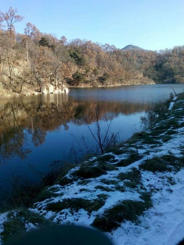 恰好正午的阳光照在湖里