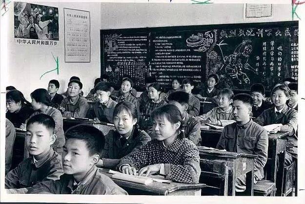 一九七七年恢复高考。我是七八年应届高中。宣传栏张帖着全国各大院校的招生图片及简章。宣传栏是一块特长的黑板报,它是用水泥做在老师宿舍侧面墙上的,也斜对着学校的大门。宿舍的背后是个露天会场,东、西、北是学生宿舍,与南边教师的宿舍四合成一个大大的场子。这是校大门左侧的布局。    右侧是教师的居住区,也是由东、南、北、三间房子合成的一个大场子,西边的围墙边是个篮球场。篮球场的围墙上用红漆写着发展体育运动,增强人民体质八个醒目的大字。篮球场紧挨着校大门。门外的206国道有汽车的过往声响,南下去市区十公里,北上