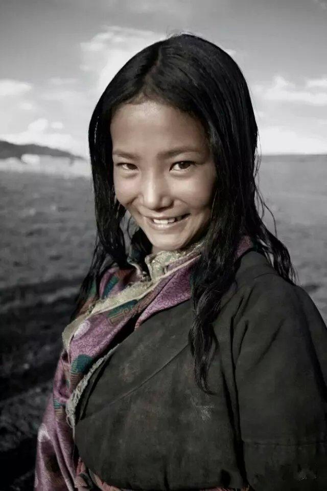 1.卖经幡的小女孩    前方就是满拉水库。    地名上看,满拉水库的名字有点奇怪。从汉字的意思上理解就是水库里的水很满的意思。在藏语里又是什么意思,我就不得而知了,就是问一个老西藏,也说得不是很清楚。满拉读起来真有点绕口,得用心念出来。满拉就像藏语里的经文,比如说嗡嘛呢叭咪吽。于是我说满拉两个字的时候就想到六字真言,很知足的感觉也很有深意!平时我对那些听不甚懂的藏语也是这么处理的。听不懂自己又不会说的语言,我认为十分深奥,十分深奥的语言我总是把它作为生活之中的经文来尊敬。听见两个拉萨人