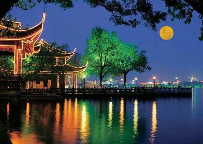 【八一】我家住在平湖秋月(散文·家园)