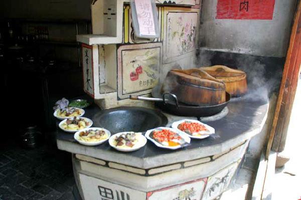 常言道:人是铁,饭是钢,一天不吃软叮当。饭是身体的力量之源,菜是身体的营养之素,人不吃饭就饿肚子,肚子饿了,人就失去了精神,没有了精神就没有了力量。    人的生活,都和那生生不息的锅灶一脉相连的,幸福生活就是锅灶上的热腾,贫瘠日子就是锅灶上的冷清,锅灶就是人们生活的真实写照。    锅,是铁打的身板,硬硬郎朗的,稳稳地蹲在灶堂里,任凭熊熊烈火的考验,承受着铲勺的反复敲打。悠长的岁月里,锅总是默默无闻、勤勤垦垦、任劳任怨地奉献着。    灶台,是砖头和土的组合,砖头是灶台的骨质,泥土是灶台的肌肤