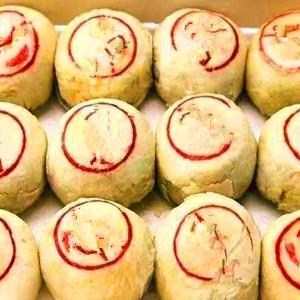 许多包装精美的南方月饼,饼周边刻着漂亮的花纹,中心一般写上馅料名称