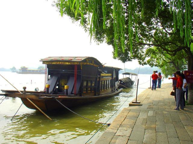 南湖因地处嘉兴城南而得名,古称彪湖,又名马场湖.