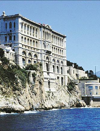 面对法国著名建筑师德莱福蒂的这一杰作