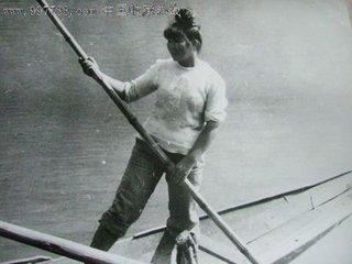 月夜撑船的女人