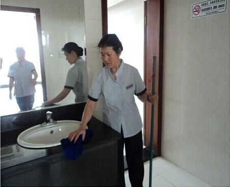 【柳岸•寻】社区医院的清洁工(散文)