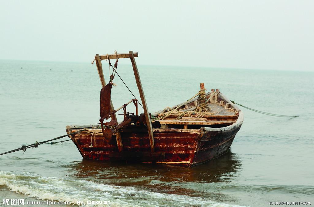 船头飞溅起浪花花纹