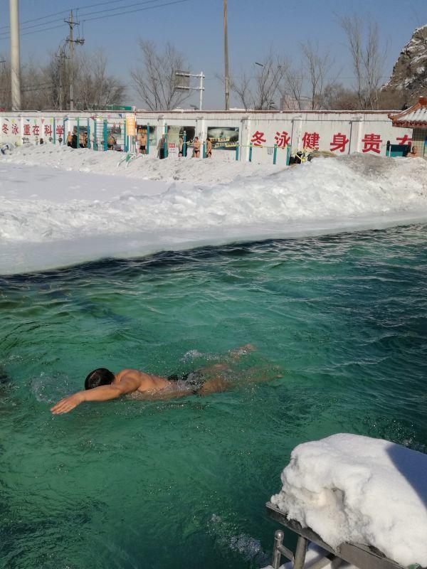 游泳池里吸水吗?图片