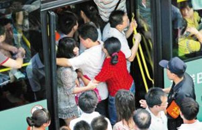 【八一】挤公交车的那些年(散文·旗帜)